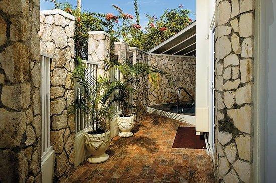 Rondel Village : Beachfront villa jacuzzi