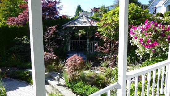 Crystal's View Vancouver Bed and Breakfast: Der Vorgarten und Eingangsbereich