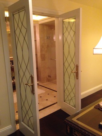 The Leela Palace New Delhi: Beautiful glass French doors to the bathroom in the Parlor room. Absolutely worth the splurge