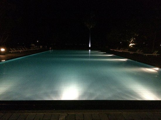 Trinco Blu by Cinnamon: Pool by night