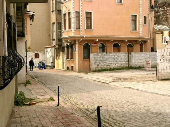 Ramparts: Улица рядом с отелем