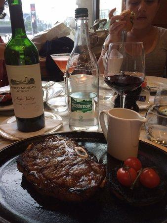Gillray's Steakhouse & Bar: El porter house de 450 gramos con un Robert Mondavi CS
