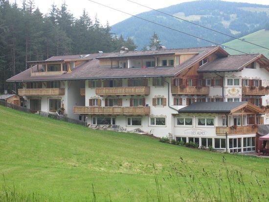 Hotel Les Alpes: l'albergo è immerso nel verde