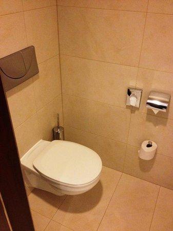 NH Vienna Airport Conference Center: Les toilettes, légèrement séparé de la salle de bain.