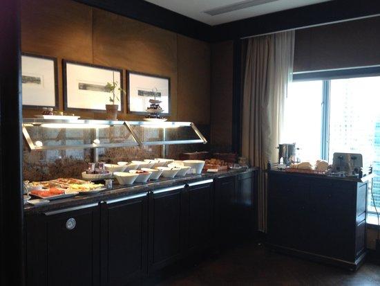 Fairmont The Queen Elizabeth : Complimentary breakfast for gold floor guests