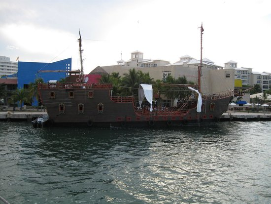 Captain Hook Barco Pirata Pirate Ship: The ship beside us
