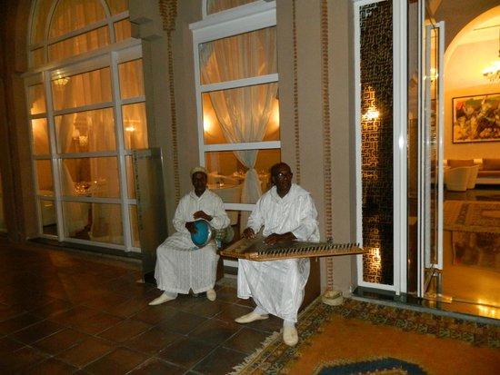 Pullman Marrakech Palmeraie Resort and Spa : Musicien devant le restaurant
