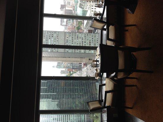 Fairmont The Queen Elizabeth : Fantastic gold floor lounge with view