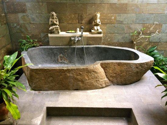 Villa Agung Khalia : Humongous beautiful stone-carved bathtub in Villa Maia.