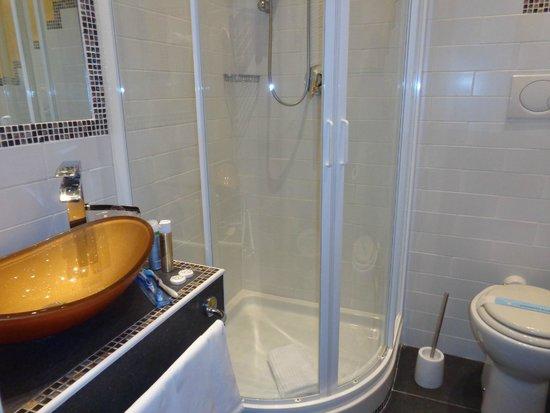 Hotel Verona: Bathroom