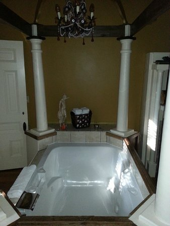 1890 Williams House Inn : Jetted Tub in Williams Suite