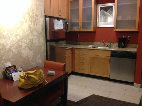 Residence Inn Fargo: Fully stocked inroom kitchen, including dishwasher and ice maker