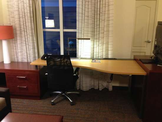 Residence Inn Fargo: Business area in the room, well equipped with many plug ins