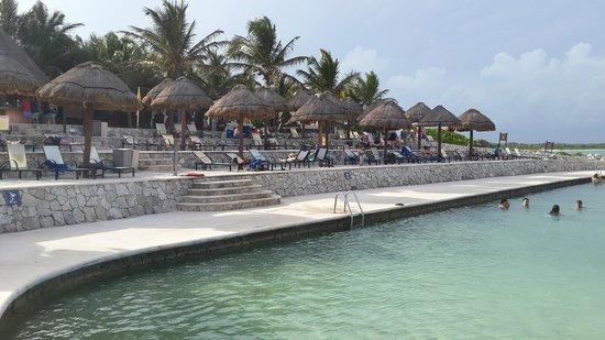 Grand Palladium Colonial Resort & Spa: Sector de piscina con agua de mar... increíble