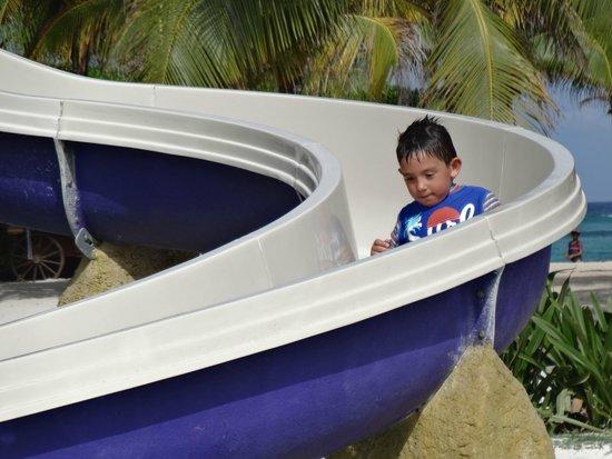 Grand Palladium Colonial Resort & Spa: Mi hijo en el Tobogan de la piscina para niños