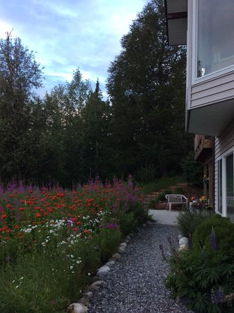 Alaska Garden Gate B & B: Walkway to guest apartments