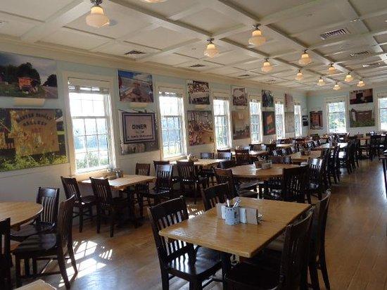 Robert's Maine Grill : upstairs decor