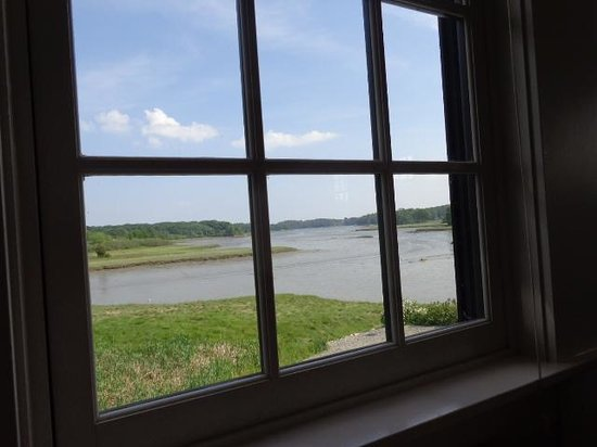 Robert's Maine Grill: Spruce river....low tide? for upstairs windows