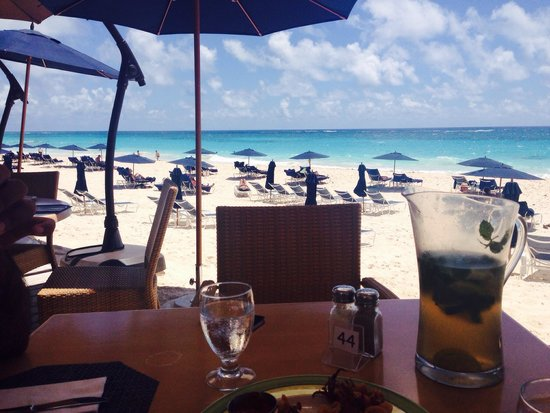 Mickey's Beach Bistro and Bar : Sipping mojito by the blue waters !
