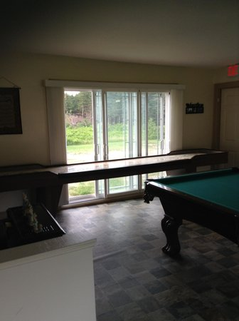 Highland Breeze Bed & Breakfast: So you can't fall out the door - tilted pool table...