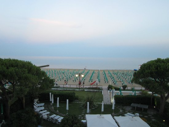Hotel Croce di Malta Veneto : пляж отеля вечером