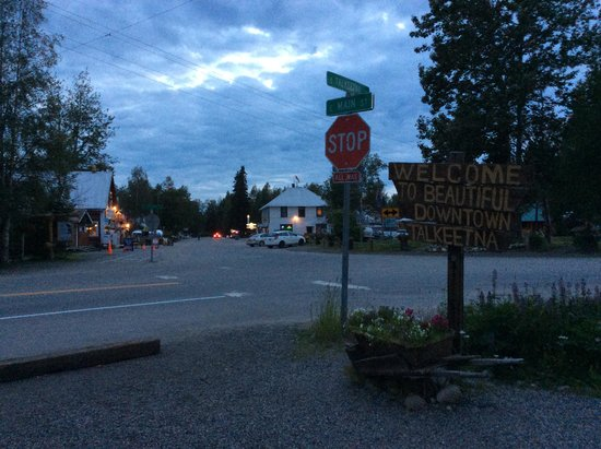 ‪تشينووك ويند كابينز: Downtown Talkeetna‬