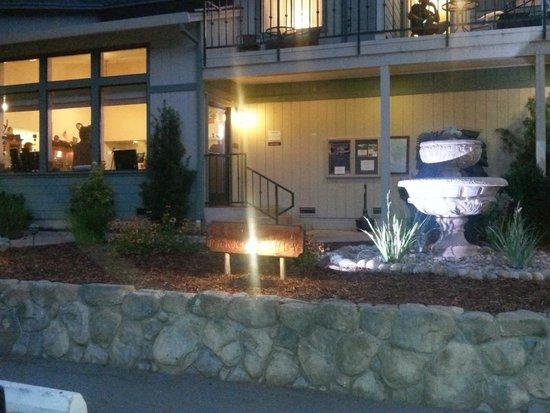 Yosemite Cedar Lodge : davanti alla reception