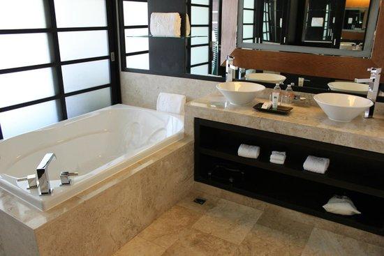 Paradisus Playa del Carmen La Perla: Master Suite Soaker Tub and Sinks