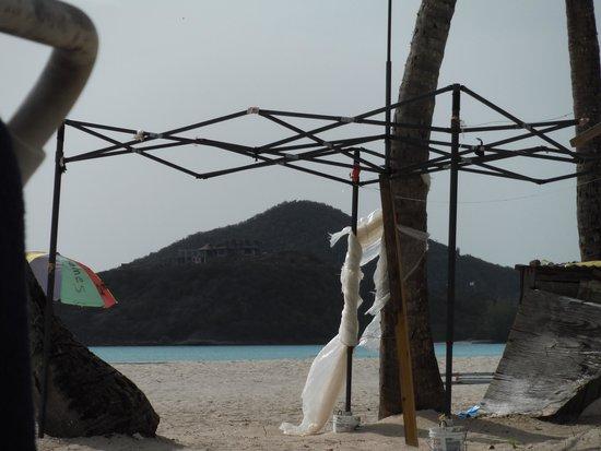 Jolly Beach Resort & Spa: kiosque délabré sur la plage