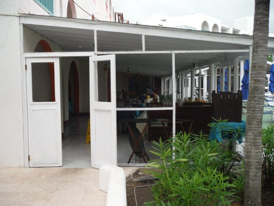 Starfish Jolly Beach Resort : buffet où les oiseaux entrent allègrement