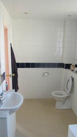 Grand Metropole Hotel: towards bathroom door