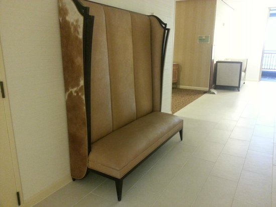 DoubleTree by Hilton Houston - Greenway Plaza : Interesting Bench, Floor 20