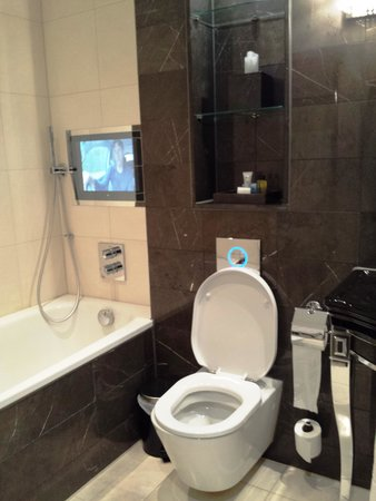 Hilton London Syon Park: Bathroom with television