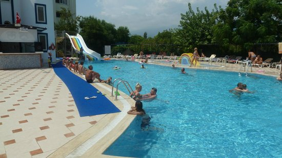 Larissa Blue Hotel: Бассейн в разгар жары