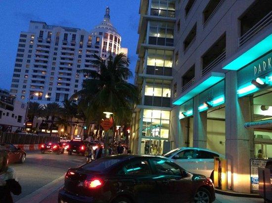 Loews Miami Beach Hotel: Estacionamento Público na 16 Street ao fundo o Lowes