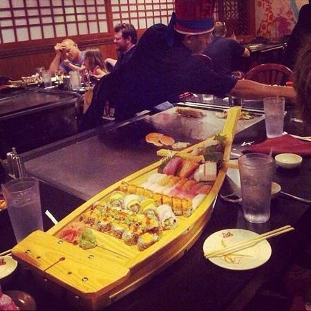 Fuji Japanese Steak House: sushis boat