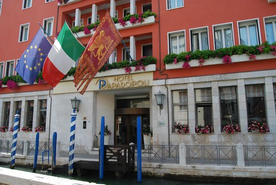 Hotel Papadopoli Venezia MGallery by Sofitel: Front entrance on the Tollentini canal