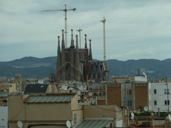 Renaissance Barcelona Hotel: Great view of Familia Sagrada Cathedral from our hotel room window