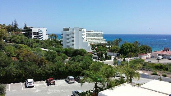 Napa Mermaid Hotel and Suites: Vue sur la mer de côté.