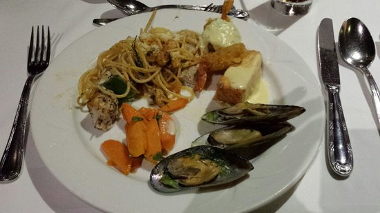 Napa Mermaid Hotel and Suites: An other meals buffet. Seafood menu.