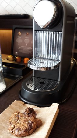 DoubleTree by Hilton - London Hyde Park: Nespresso Coffee Machine and Welcome Cookie