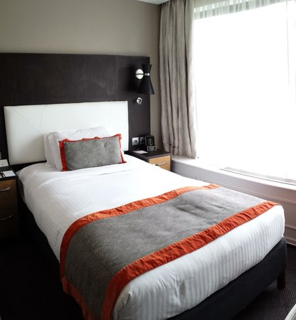 DoubleTree by Hilton - London Hyde Park: Bed