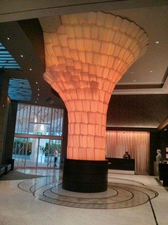 Rendezvous Hotel Singapore by Far East Hospitality: Hall de entrada do hotel à noite