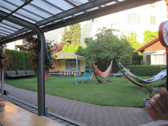 Balmer's Hostel: Bar/garden