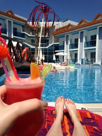 Ocean Blue High Class Hotel: Cocktails for breakfast