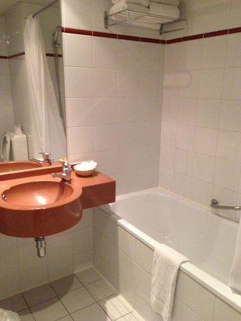 Aris Grand Place Hotel: Baño