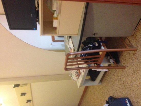 San Pietro Hotel: tv , scrivania e minibar