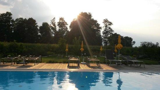 Hotel Toscanina: Abendstimmung am Pool im schön angelegten Garten