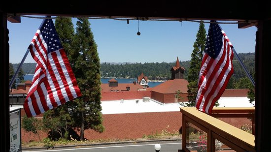 Arrowhead Lake Inn: Looking through the flags at the lake