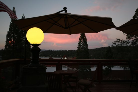 Arrowhead Lake Inn: Night shot